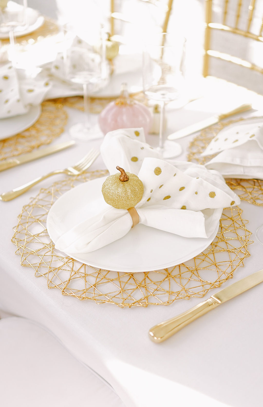 A feminine Fall party by Lauren Cermak of the Southern Lifestyle Blog, Going For Grace. Sharing 3 tips for beautiful Fall entertaining and tablescapes!